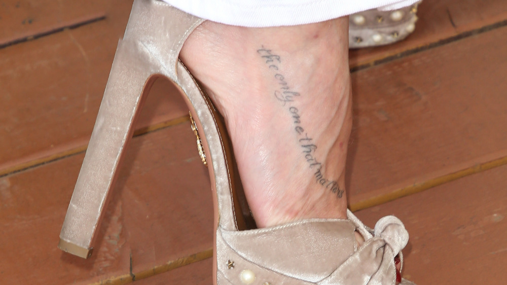 LeAnn Rimes hace alarde de su tatuaje en el pie