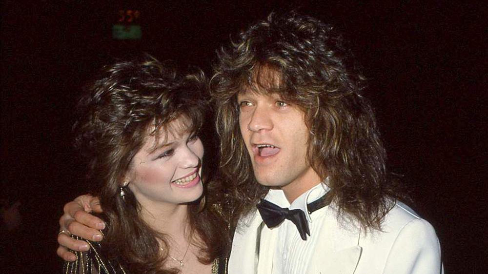 Valerie Bertinelli sonriendo a Eddie Van Halen