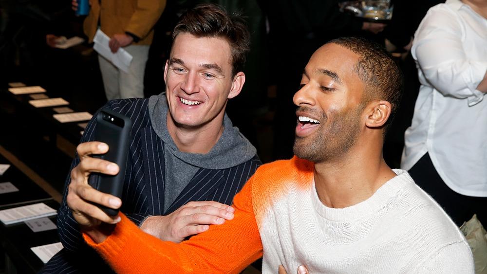 Tyler Cameron y Matt James tomando una selfie y sonriendo