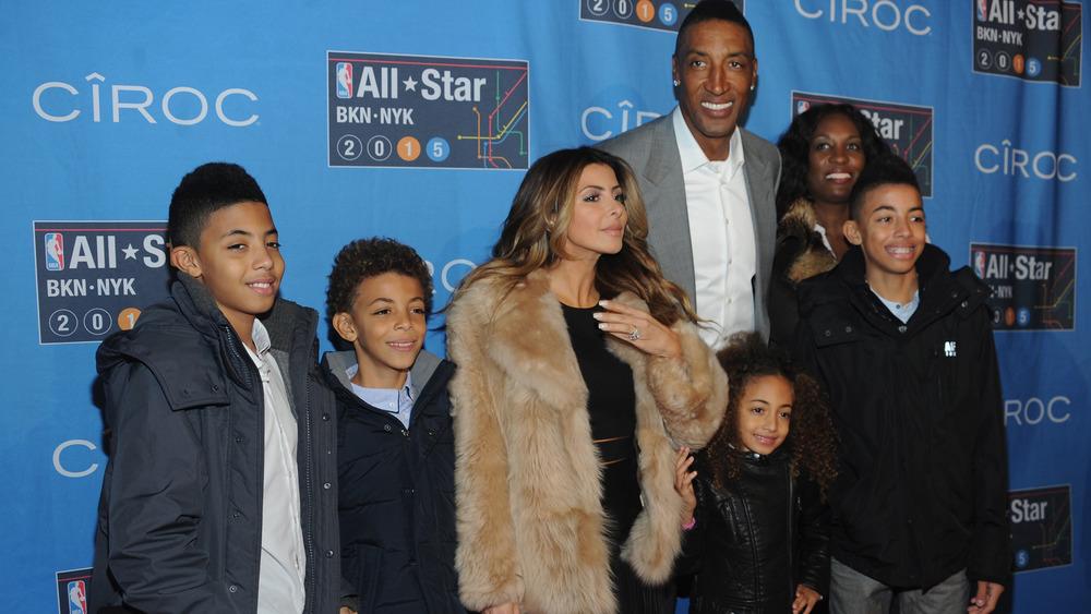 La familia Pippen sonriendo en la alfombra roja