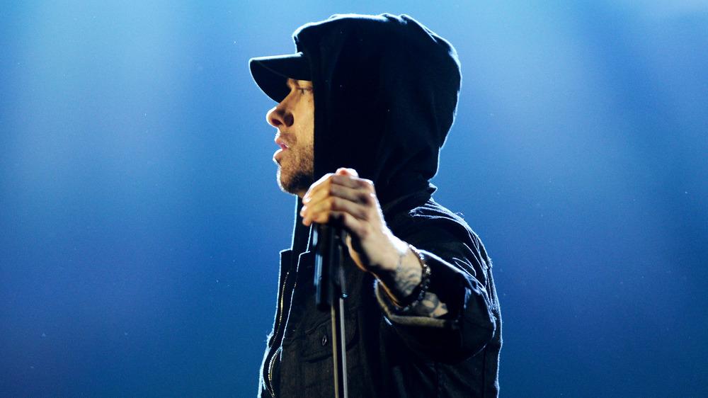 Eminem sostiene un soporte de micrófono