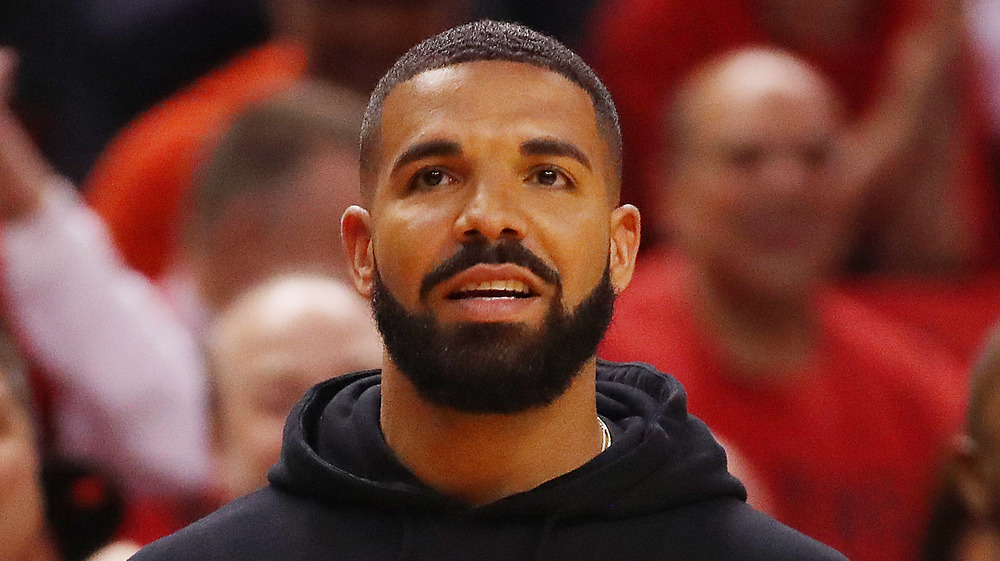Drake luciendo preocupado