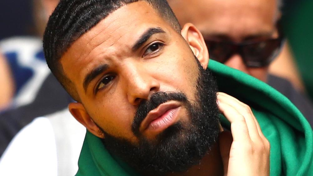 Drake luciendo serio