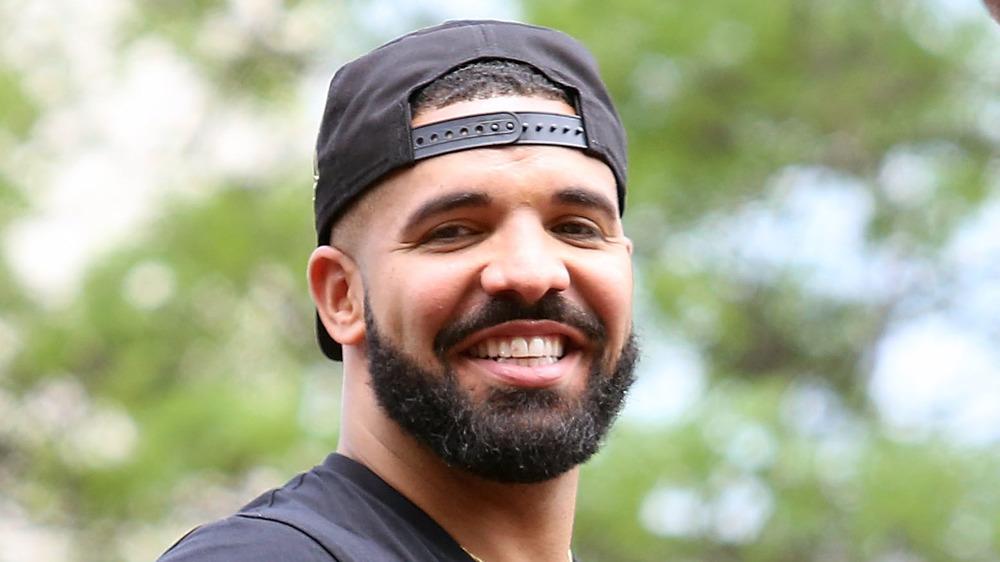 Drake sonriendo