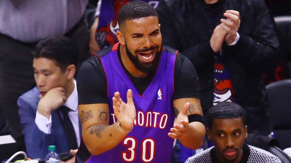 Drake animando en el juego de los Toronto Raptors