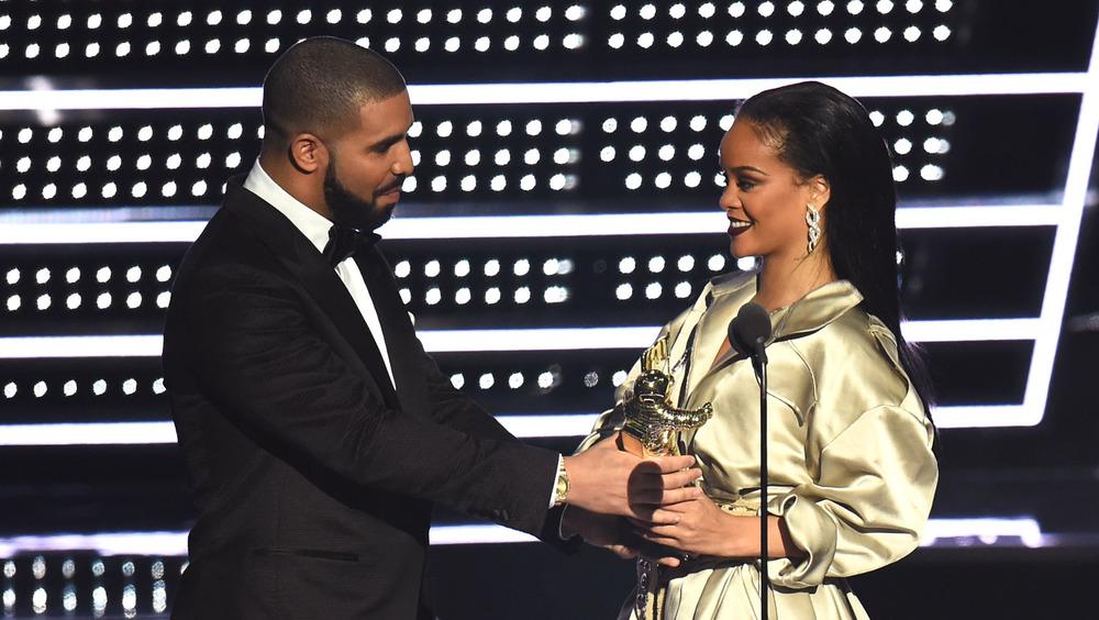 Drake presenta el premio a Rihanna