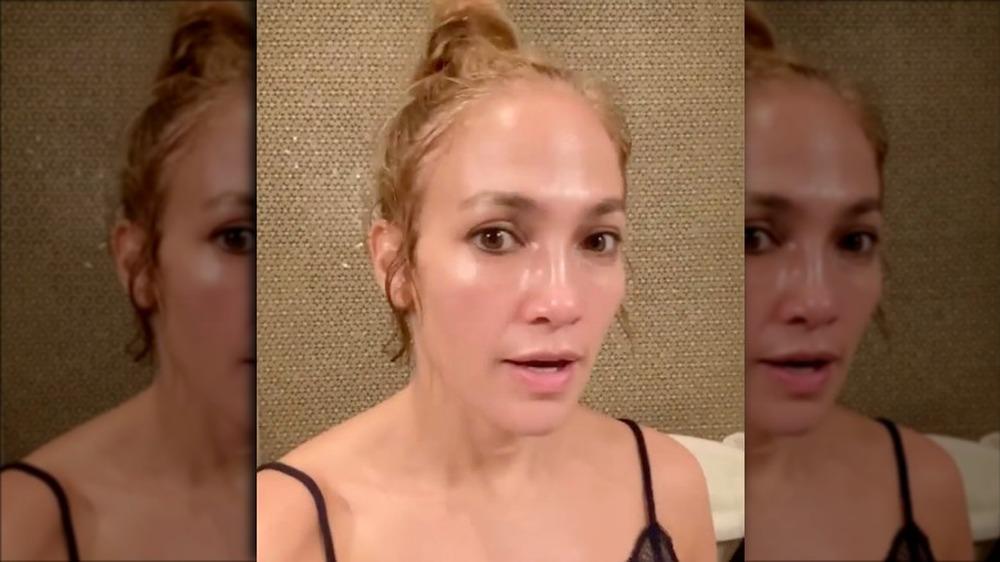Jennifer Lopez tomando un video selfie