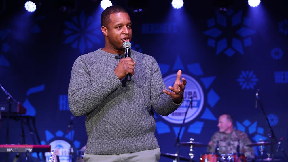 Craig Melvin dando un discurso en el escenario