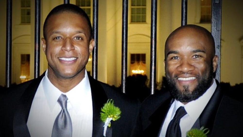 Craig Melvin y Lawrence Meadows, sonriendo en ropa formal