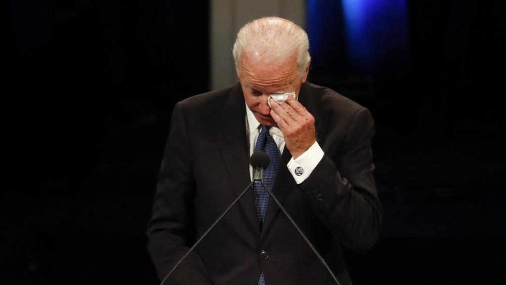 Joe Biden llorando en un monumento