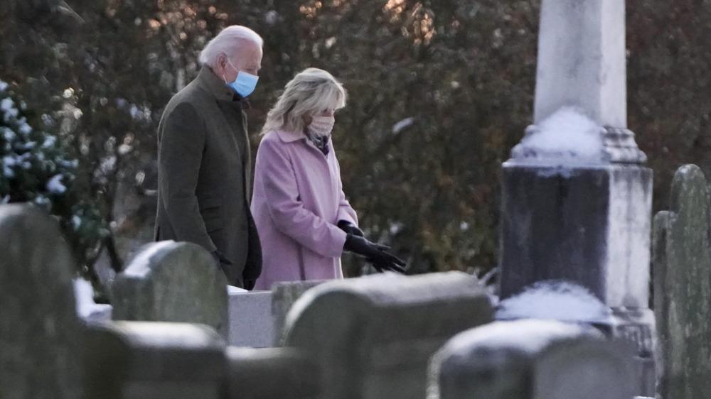 Joe y Jill Biden visitando las tumbas de Neila y Naomi