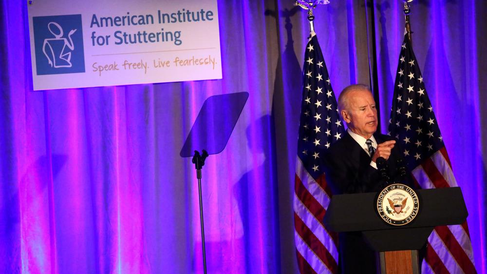 Joe Biden dando un discurso sobre la tartamudez