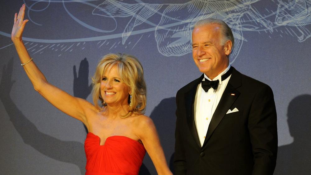 Joe y Jill Biden sonriendo a una multitud