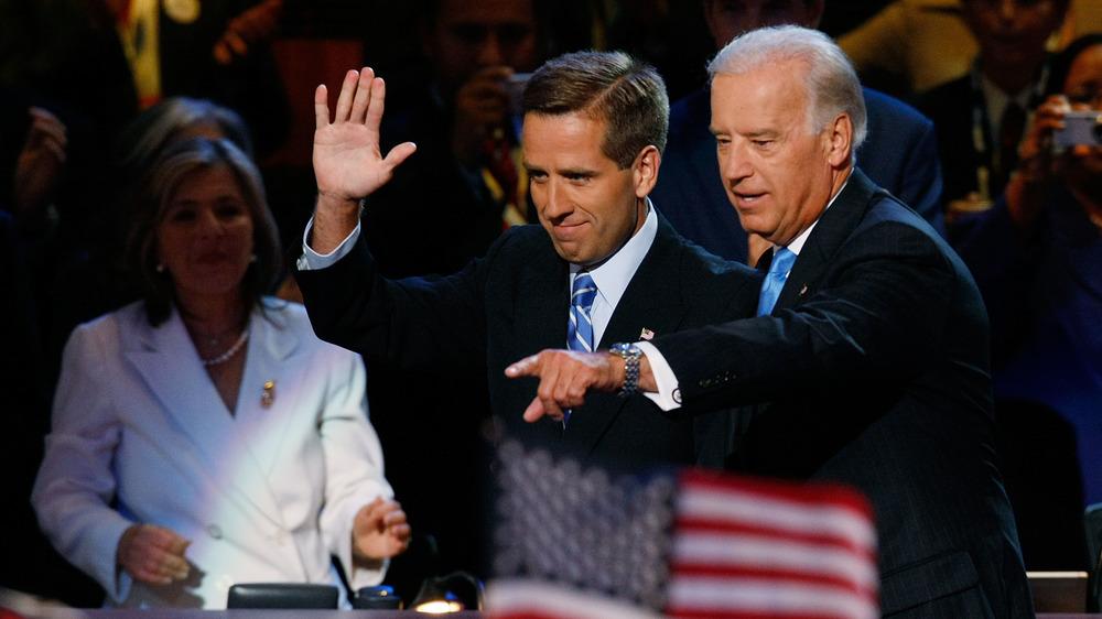 Joe Biden señalando y Beau Biden saludando