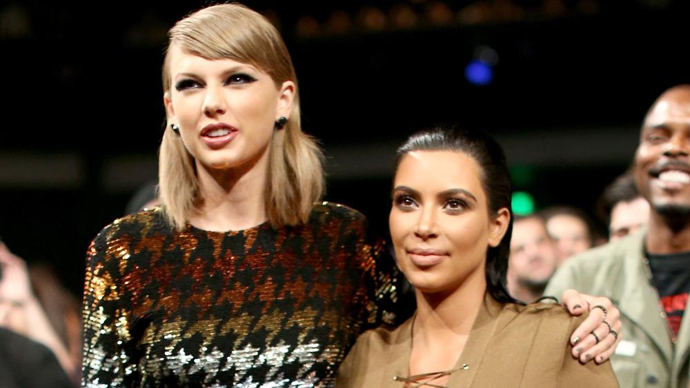 Taylor Swift rodea a Kim Kardashian con el brazo en una entrega de premios