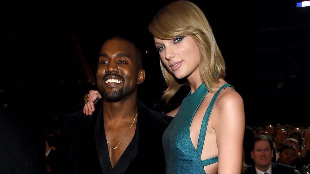 Kanye West y Taylor Swift se abrazan mientras posan para fotos