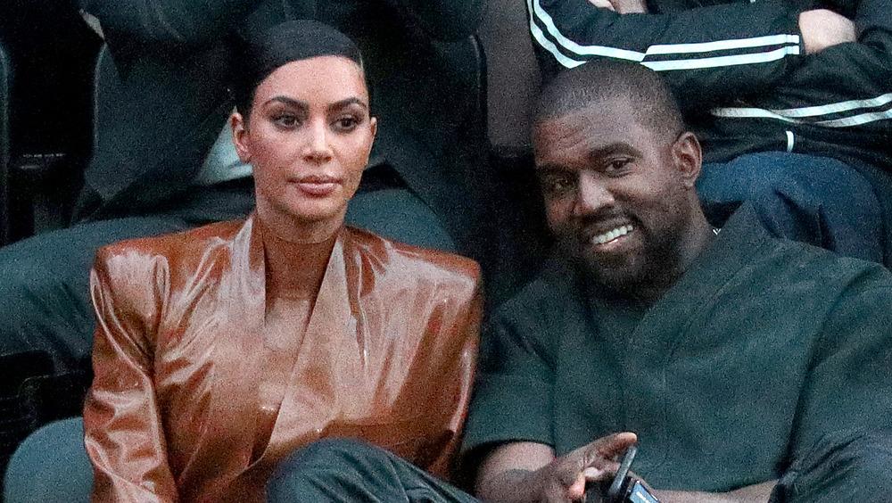 Kim Kardashian y Kanye West en un juego de baloncesto