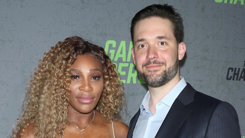 Serena Williams y Alexis Ohanian Sr. sonriendo levemente