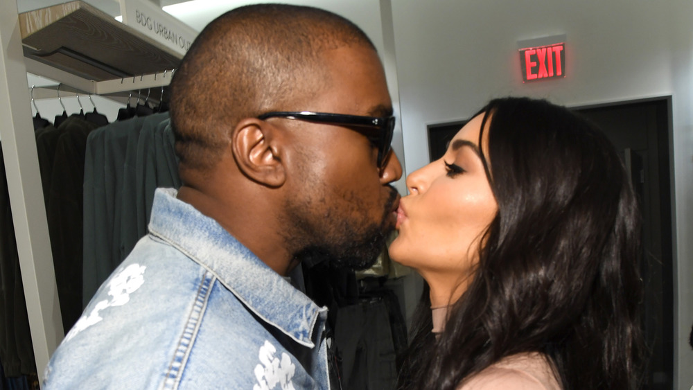 Kanye West y Kim Kardashian se besan