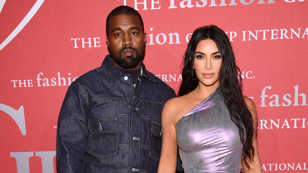 Kanye West y Kim Kardashian posan en la alfombra roja