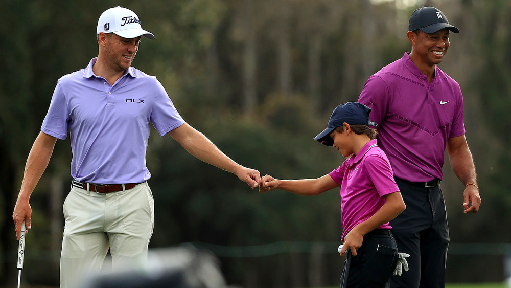 Justin Thomas con Charlie Woods y Tiger Woods