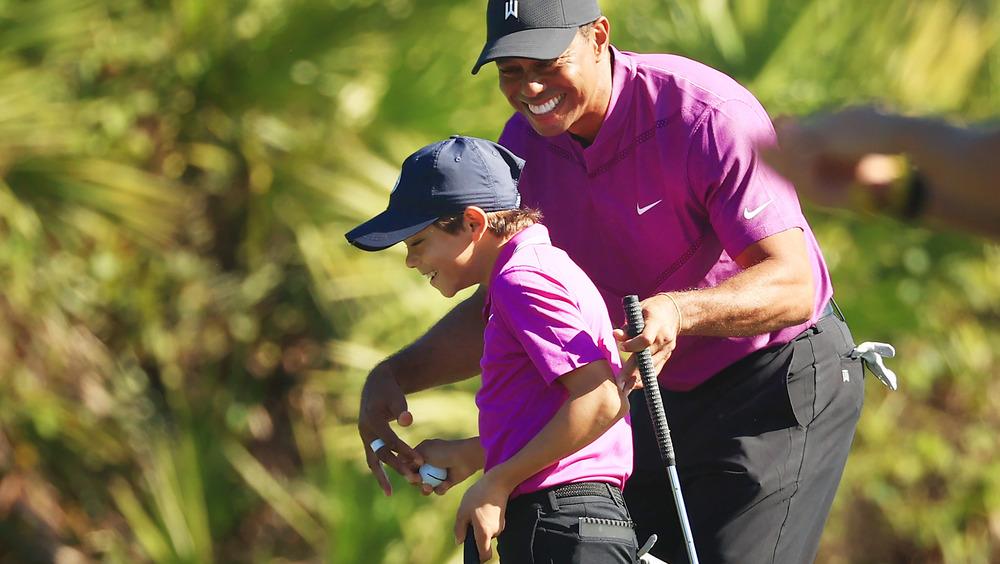 Charlie Woods y Tiger Woods sonriendo