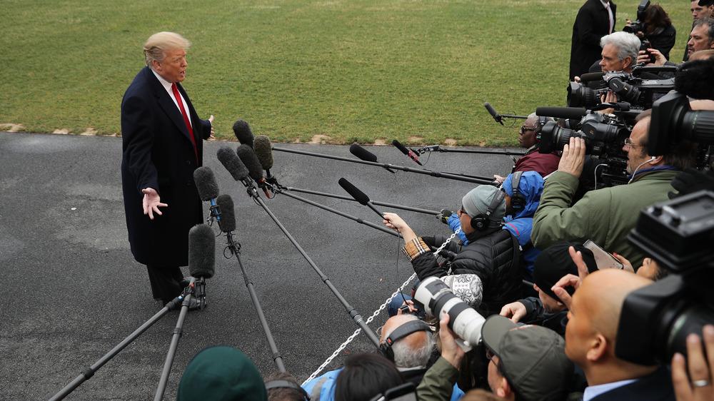 Donald Trump hablando con reporteros