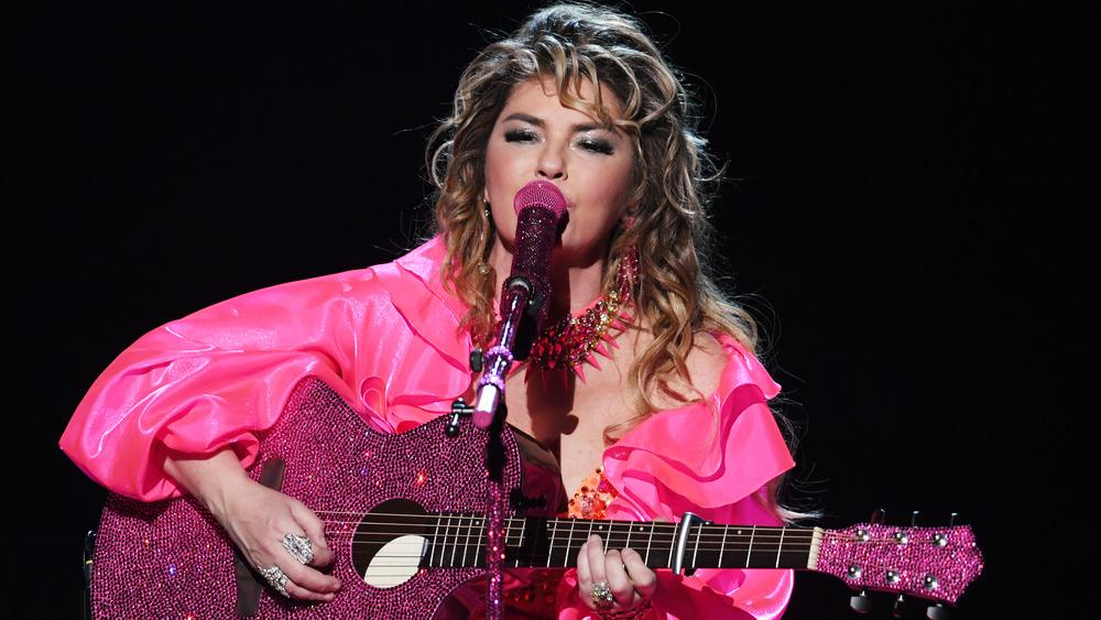 Shania Twain actuando en el escenario
