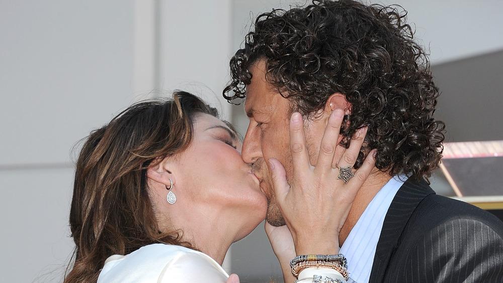 Shania Twain besando a Frederic Thiebaud