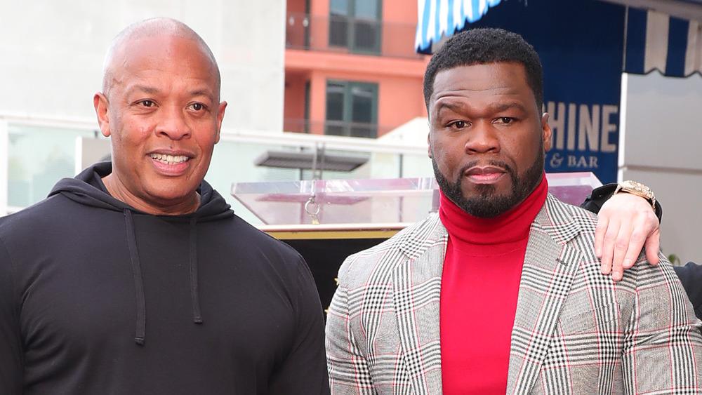 Dr. Dre y 50 Cent sonríen en la ceremonia del Paseo de la Fama de Hollywood de 50 Cent