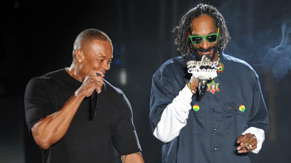 Dr. Dre y Snoop Dogg sosteniendo micrófonos