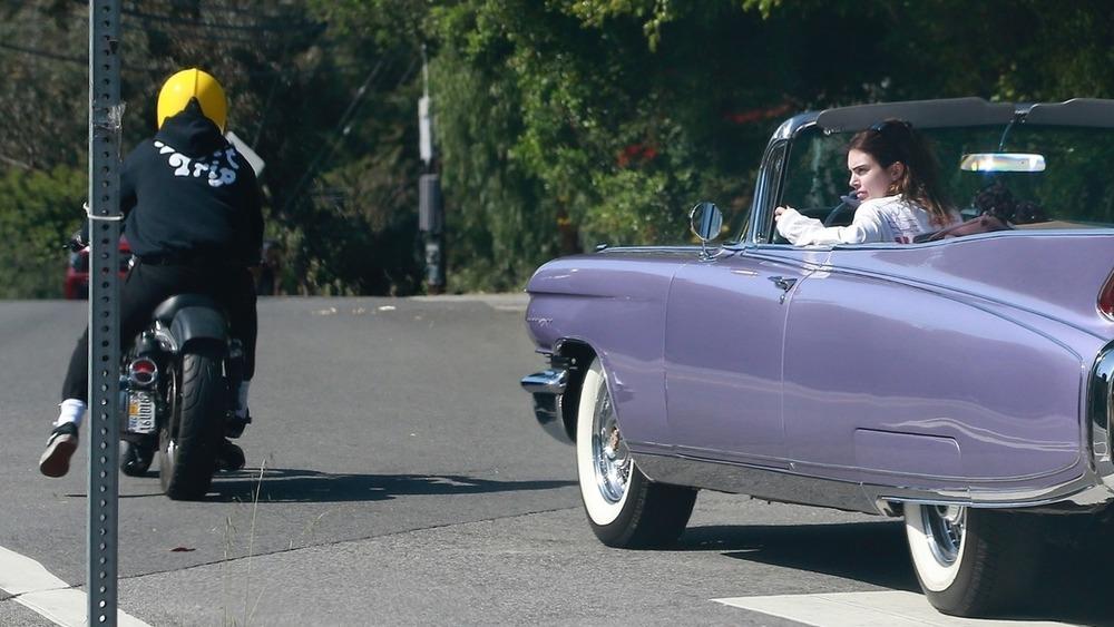 Kendall Jenner y un hombre que parece ser Harry Styles conduciendo en Los Ángeles