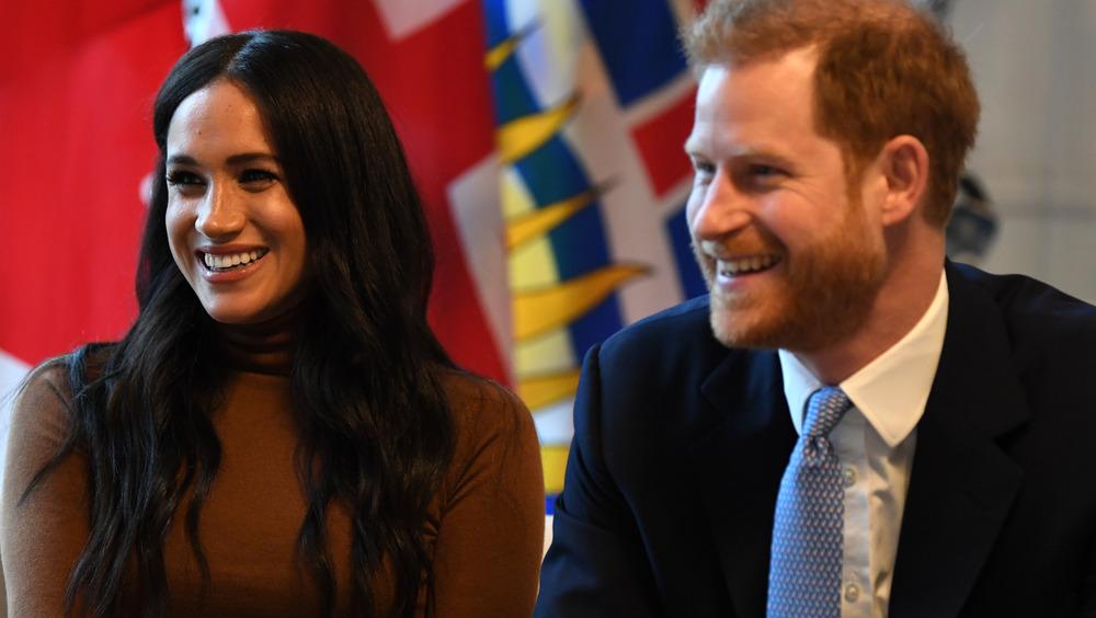 Meghan Markle y el príncipe Harry sentados en Canada House en el Reino Unido