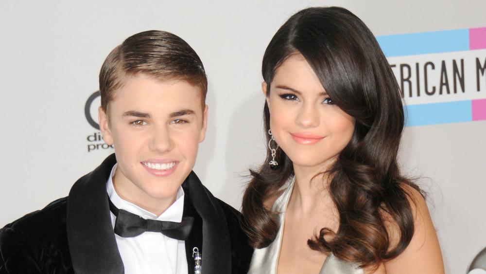 Justin Bieber y Selena Gomez en una alfombra roja