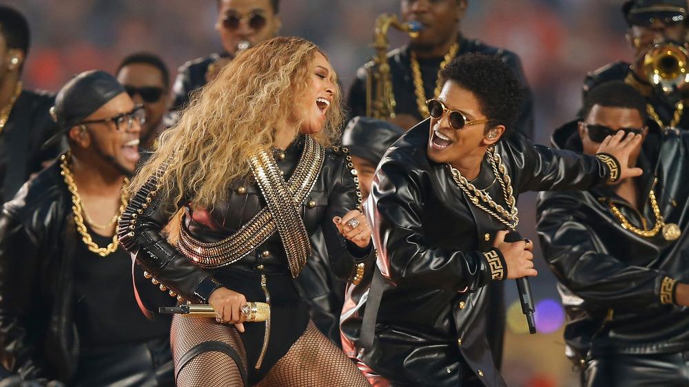 Beyonce actuando con Bruno Mars en el Super Bowl