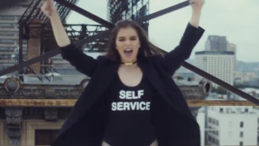 "Hailee Steinfeld con una camiseta que dice ""Self Service"" en su video musical"