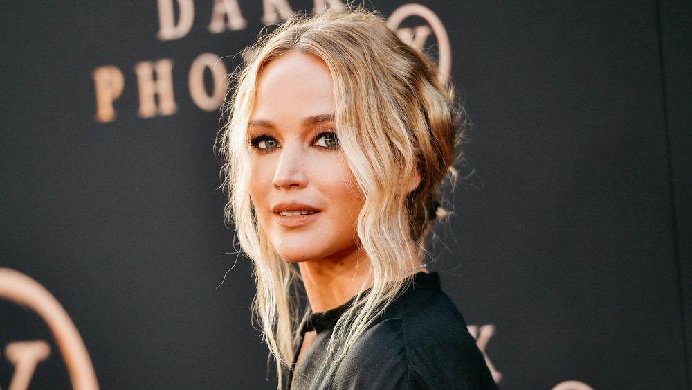 Jennifer Lawrence posando de lado
