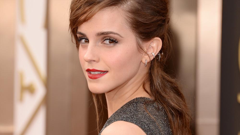 Emma Watson sonriendo con los ojos de reojo