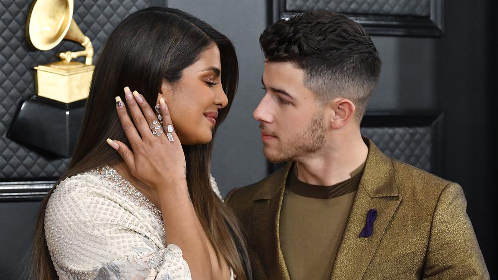 Priyanka Chopra sonriendo a Nick Jonas mientras la mira a los ojos