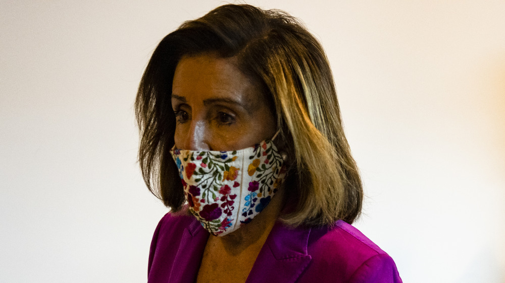 Nancy Pelosi con una máscara
