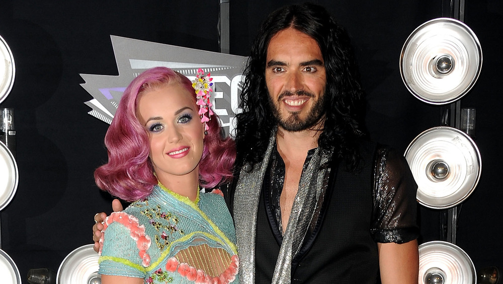 Katy Perry y Russell Brand posando