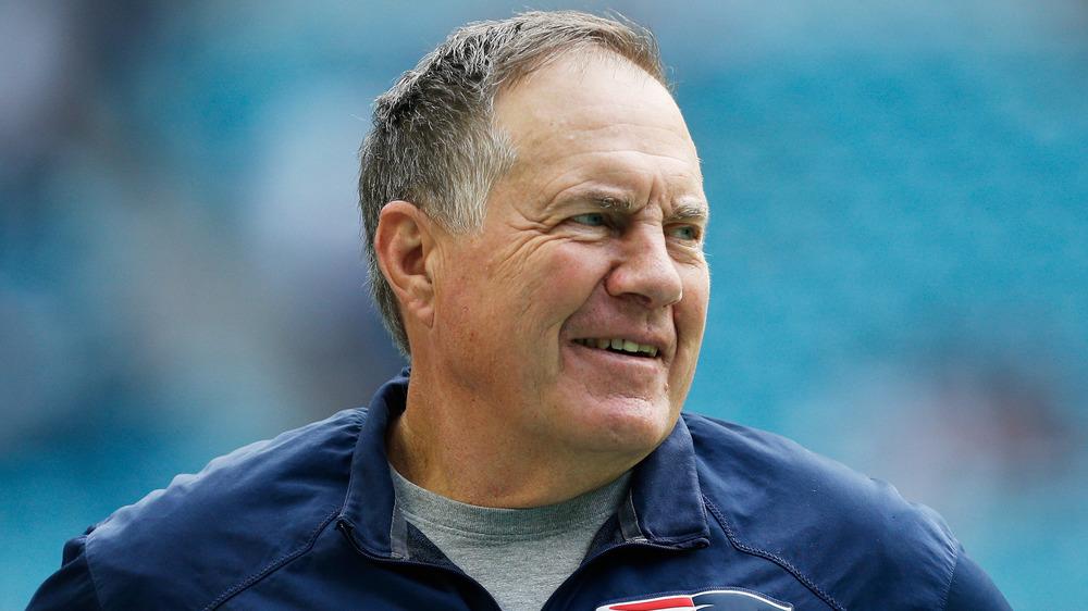 Bill Belichick sonriendo al margen