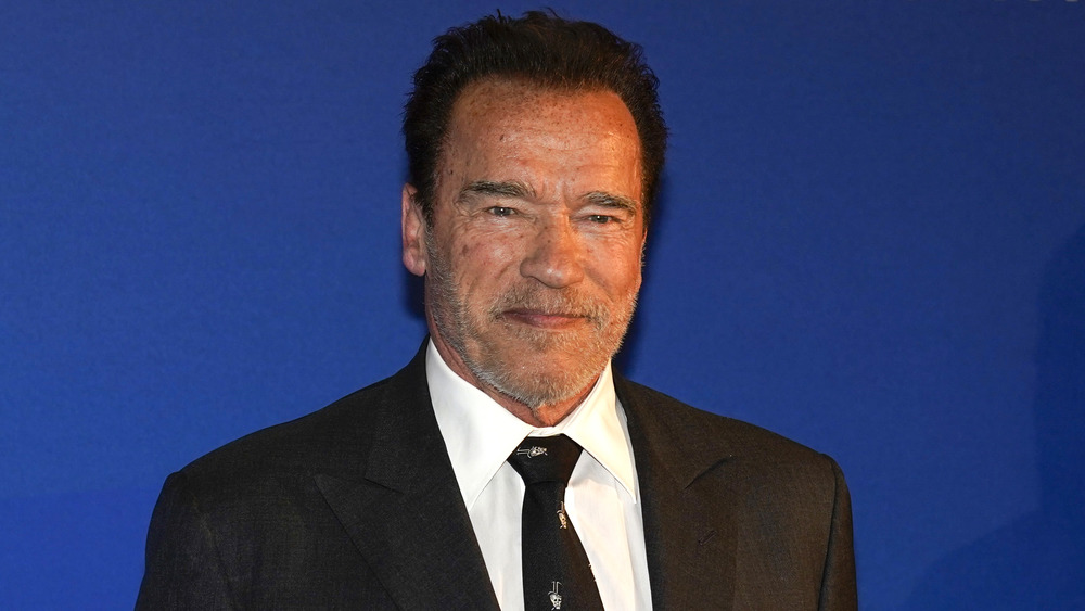 Arnold Schwarzenegger posa