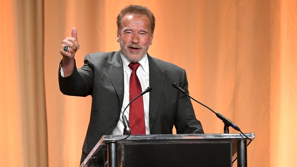 Arnold Schwarzenegger dando un discurso