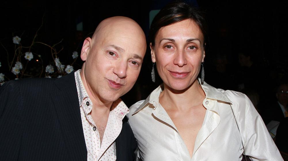 Evan Handler y Elisa Atti sonriendo burlonamente