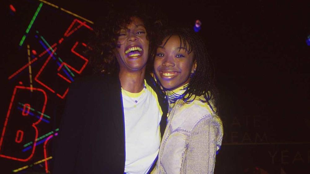 Whitney Houston y Brandy sonriendo juntos
