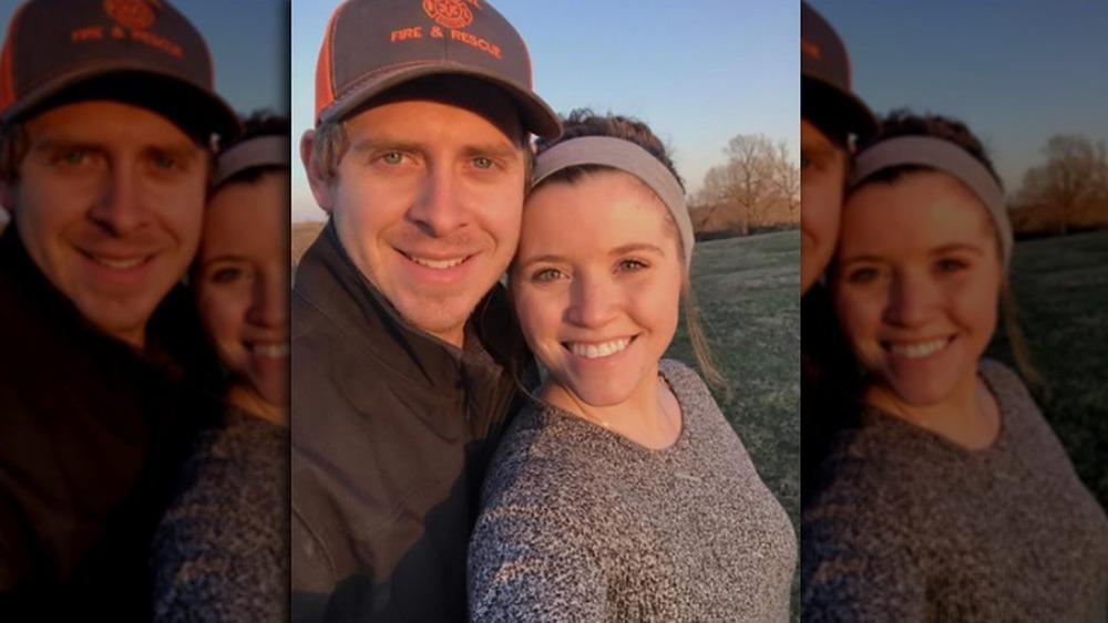 Austin Forsyth, con sombrero;  Joy-Anna Duggar, selfie, afuera, cabello recogido en un moño