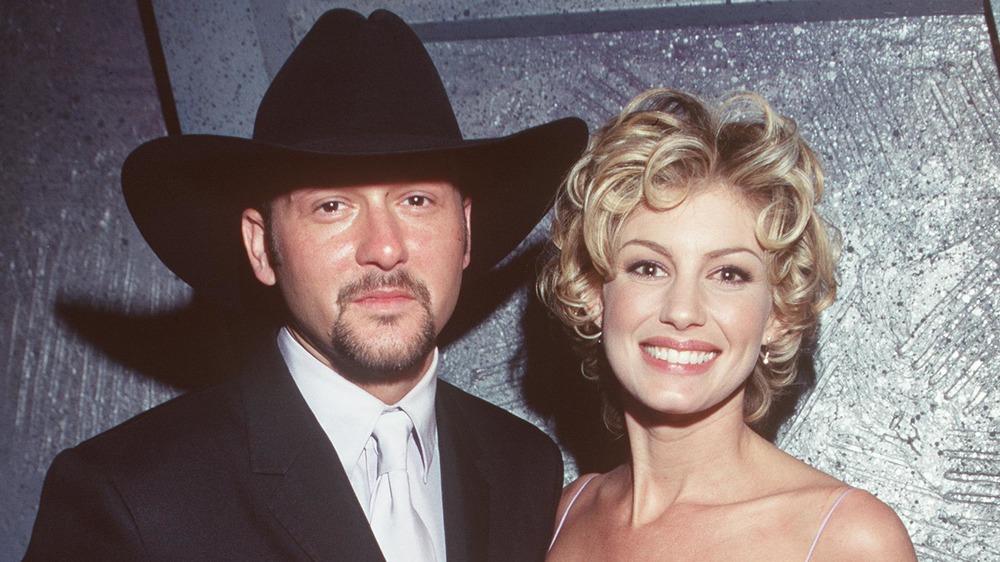 Tim McGraw y Faith Hill posando en los premios Grammy