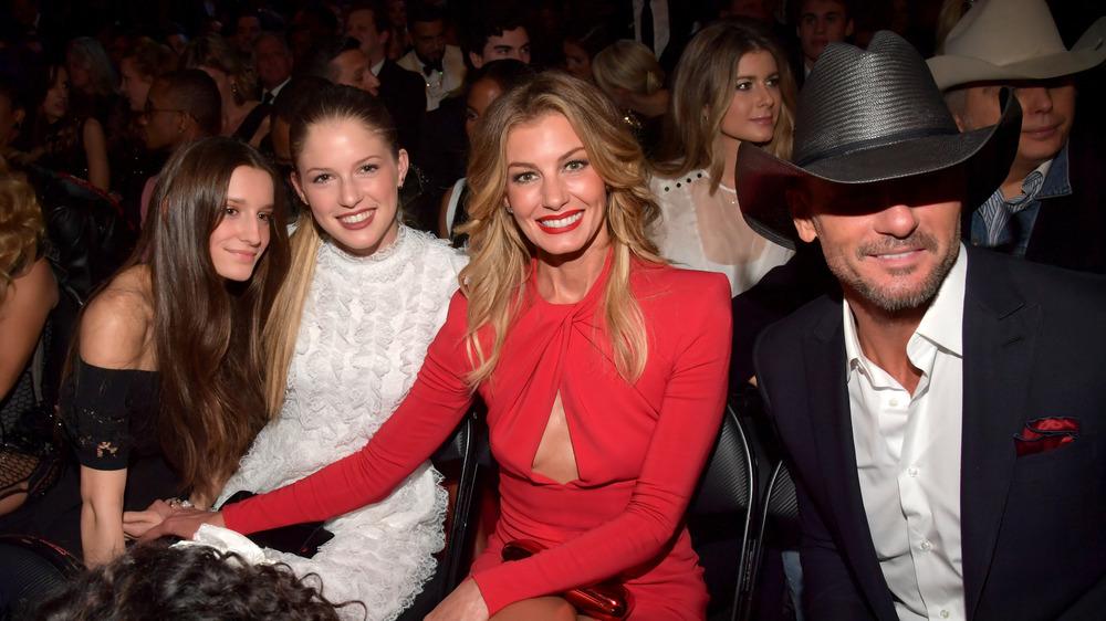 Tim McGraw, Faith Hill y sus hijas sentados en los premios Grammy