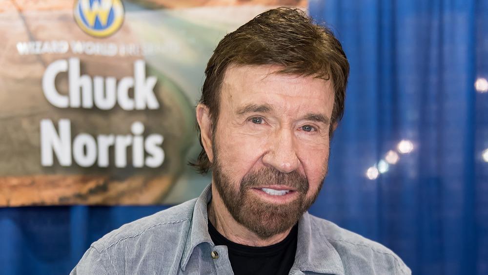 Chuck Norris sonriendo